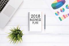 El plano creativo pone la foto del escritorio del espacio de trabajo con el cuaderno 2018 y el ordenador portátil de la lista del Fotografía de archivo libre de regalías