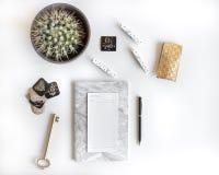 El plano de la forma de vida pone con los accesorios Blanco y oro fotografía de archivo
