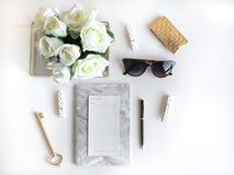 El plano de la forma de vida pone con los accesorios Blanco y oro fotos de archivo