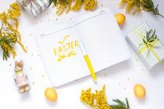 El plano de la primavera de Pascua pone con las flores de la mimosa, una libreta fotos de archivo