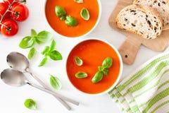 El plano de la sopa del tomate pone en el fondo blanco foto de archivo