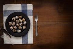 El plano de los huevos de codornices pone la vida inmóvil rústica con stylis de la comida Foto de archivo