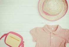 El plano de los objetos de la moda de la niña que viaja pone vacaciones de verano Fotos de archivo