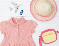 El plano de los objetos de la moda de la niña que viaja pone vacatio del verano Fotografía de archivo libre de regalías