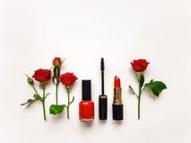 El plano decorativo pone la composición con los cosméticos y las flores Endecha plana, visión superior fotos de archivo libres de regalías