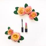 El plano decorativo pone la composición con los cosméticos y las flores Visión superior imágenes de archivo libres de regalías