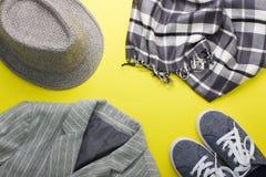 El plano del ` s de la mujer pone la chaqueta gris de la bufanda de las zapatillas de deporte del sombrero de la ropa Fotos de archivo