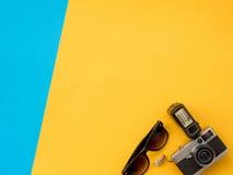 El plano del verano pone la foto con el fondo azul y amarillo Imagen de archivo libre de regalías