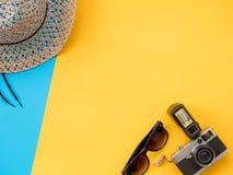 El plano del verano pone la foto con el fondo azul y amarillo Imagenes de archivo