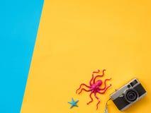 El plano del verano pone la foto con el fondo azul y amarillo Imágenes de archivo libres de regalías
