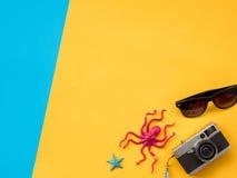 El plano del verano pone la foto con el fondo azul y amarillo Fotografía de archivo