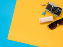 El plano del verano pone la foto con el fondo azul y amarillo Fotografía de archivo libre de regalías