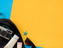 El plano del verano pone la foto con el fondo azul y amarillo Fotos de archivo libres de regalías