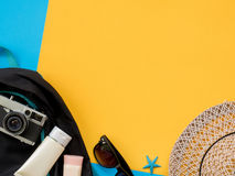 El plano del verano pone la foto con el fondo azul y amarillo Fotos de archivo