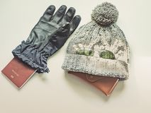 El plano del viaje de la estación del invierno pone concepto del artículo del paño del invierno Foto de archivo libre de regalías
