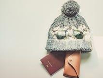 El plano del viaje de la estación del invierno pone concepto del artículo del paño del invierno Fotos de archivo libres de regalías