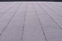 El plano emergió capa del tejado La techumbre de calefacción y de fusión del betún sentía el modelo del fondo imagenes de archivo