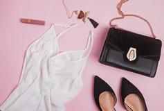 El plano femenino elegante de los accesorios pone en fondo del pibk imagen de archivo libre de regalías
