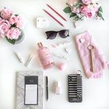 El plano femenino pone con diversos accesorios Rosa, color de rosa, blanco, negro imagen de archivo libre de regalías