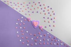 El plano hermoso pone el modelo de corazones con tres corazones Foto de archivo libre de regalías