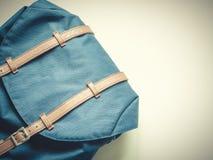 El plano largo del viaje del día de fiesta pone concepto con la mochila y el listón azules Imágenes de archivo libres de regalías