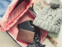 El plano largo del viaje del día de fiesta pone concepto de la mochila y del listón azules Fotografía de archivo libre de regalías