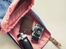 El plano largo del viaje del día de fiesta pone concepto de la mochila y del listón azules Imagen de archivo
