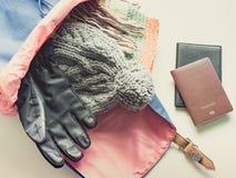 El plano largo del viaje del día de fiesta pone concepto del paquete del artículo del paño del invierno Fotografía de archivo