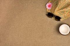 El plano minimalista del verano pone con, las gafas de sol y sombrero de Panam? en la arena fotografía de archivo libre de regalías
