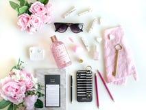 El plano pone con diversos accesorios Rosa, color de rosa, blanco, negro fotos de archivo