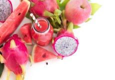 El plano tropical pone las frutas rosadas rojas tropicales de la visión superior fotografía de archivo