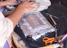 El platero está haciendo arte de adornamiento de los cubiertos Fotografía de archivo libre de regalías
