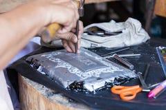 El platero está haciendo arte de adornamiento de los cubiertos Fotografía de archivo