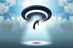 El platillo volante que secuestra al hombre de negocios joven fotografía de archivo libre de regalías