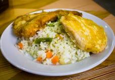 El plato con arroz se pone verde y taja en queso Imagenes de archivo