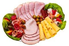 El plato con el jamón fumado rebanado, salami rueda. Imagen de archivo