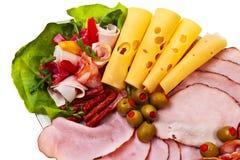 El plato con el jamón fumado rebanado, salami rueda. Imágenes de archivo libres de regalías