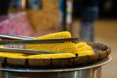 El plato de maíz orgánico dulce fresco coció preparado al vapor Maíz dulce cocinado preparado en la tabla imagenes de archivo