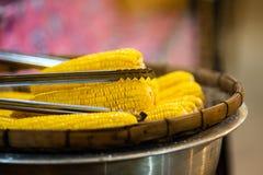 El plato de maíz orgánico dulce fresco coció preparado al vapor Maíz dulce cocinado preparado en la tabla imágenes de archivo libres de regalías