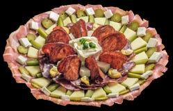 El plato del gastrónomo tradicional adornó el plato sabroso del aperitivo aislado en fondo negro Foto de archivo libre de regalías