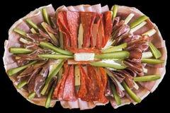El plato del gastrónomo tradicional adornó el plato sabroso del aperitivo aislado en fondo negro Fotografía de archivo libre de regalías