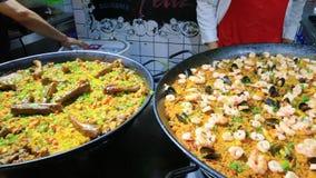 El plato español llamó verduras y el arroz de los mariscos de la carne de Paella almacen de video