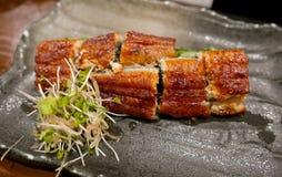 El plato japonés, las anguilas asadas a la parrilla adobadas con teriyaki sauce Fotos de archivo