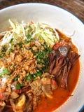 El plato tailandés septentrional hecho de los tallarines de arroz fermentados sirvió con cerdo o el queso de soja de la sangre de Imagen de archivo