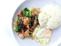 El plato vegetal del sofrito con la comida sana tailandesa sofrió el bróculi, la seta, la zanahoria, el hearb, el calamar y el ca Fotografía de archivo