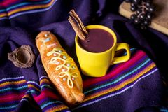 El plato y la bebida tradicionales Ecuador, llamaron: Colada Morada y guaguas del pan imagen de archivo libre de regalías
