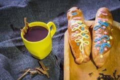 El plato y la bebida tradicionales Ecuador, llamaron: Colada Morada y guaguas del pan imagen de archivo