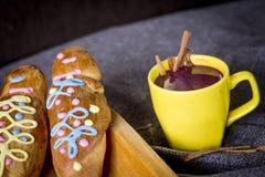 El plato y la bebida tradicionales Ecuador, llamaron: Colada Morada y guaguas del pan foto de archivo libre de regalías