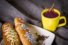 El plato y la bebida tradicionales Ecuador, llamaron: Colada Morada y guaguas del pan imágenes de archivo libres de regalías