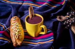 El plato y la bebida tradicionales Ecuador, llamaron: Colada Morada y guaguas del pan fotos de archivo